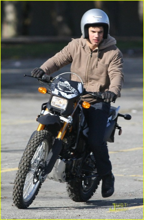 taylor-lautner-dirt-bike-07