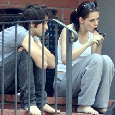 robert pattinson and kristen stewart smoking together. +kristen+stewart+smoking
